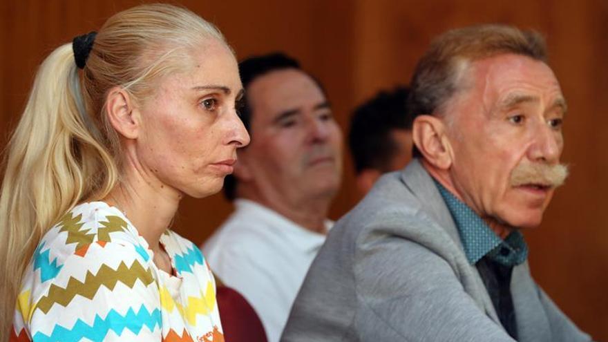 Ithaisa Suárez, madre de Yéremi Vargas, junto al abogado Marcos García Montes