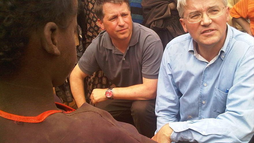 Justin Forsyth (izquierda), cuando era presidente ejecutivo de Save the Children, hablando con refugiados somalíes en los campamentos de refugiados de Dadaab, en el noreste de Kenia en 2011. Foto: Pete Lewis/Department for International Development