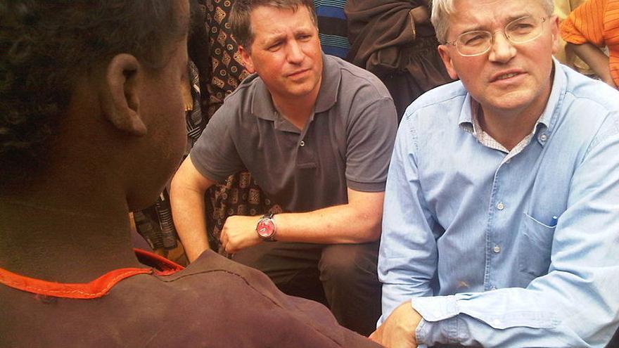 Justin Forsyth (izquierda), cuando era presidente ejecutivo de Save the Children, hablando con refugiados somalíes en los campamentos de refugiados de Dadaab, en el noreste de Kenia en 2011. Foto: Pete Lewis/Department for International Development