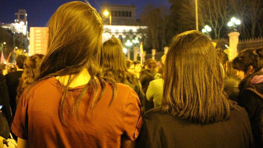 Mencía y su amiga, en su primera manifestación del 8M. / SP