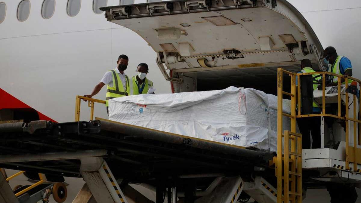 El 24 de febrero de 2021, trabajadores descargan el primer envío de vacunas distribuidas por COVAX en el Aeropuerto Internacional de Kotoka en Accra, la capital de Ghana.