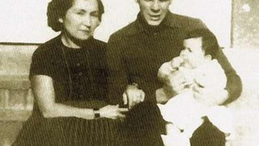"""De izquierda a derecha: Hilda Gadea, primera esposa de Ernesto """"Che"""" Guevara y la que lo inició en las ideas comunistas, Ernesto """" Che"""" Guevara y en brazos Hilda Guevara Gadea, la madre de Canek."""
