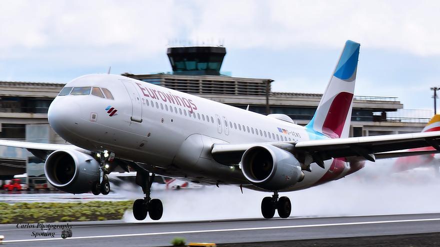 Uno de los aviones A-320 de Eurowings en el momento de aterrizar en Mazo. Foto: SERGIO HERNÁNDEZ