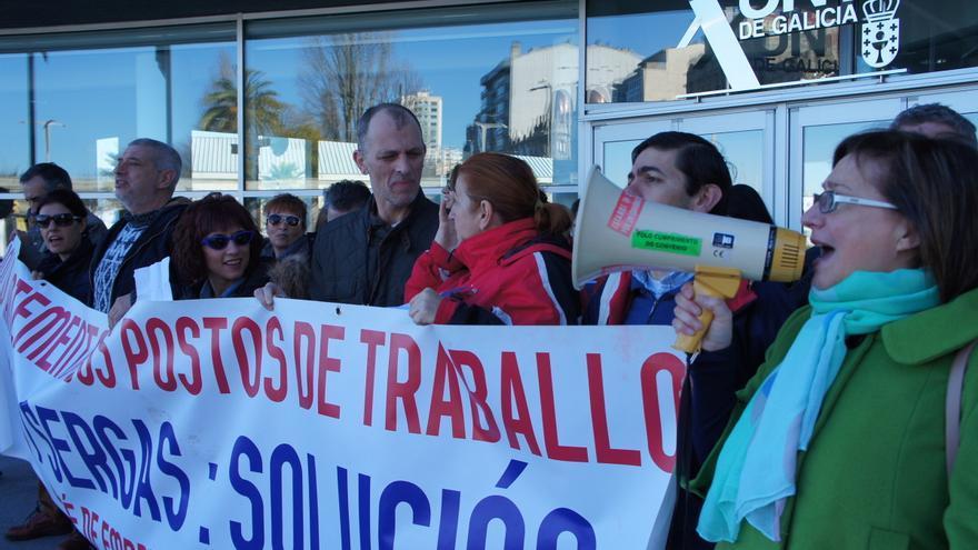 Protesta del personal de POVISA ante la sede de la Xunta en Vigo