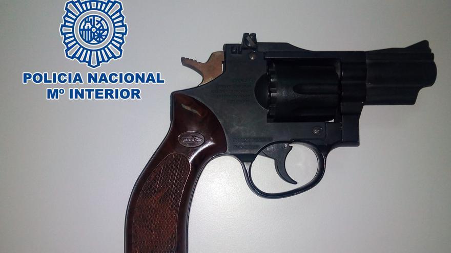 Revólver de aire comprimido intervenido por la Policía Nacional