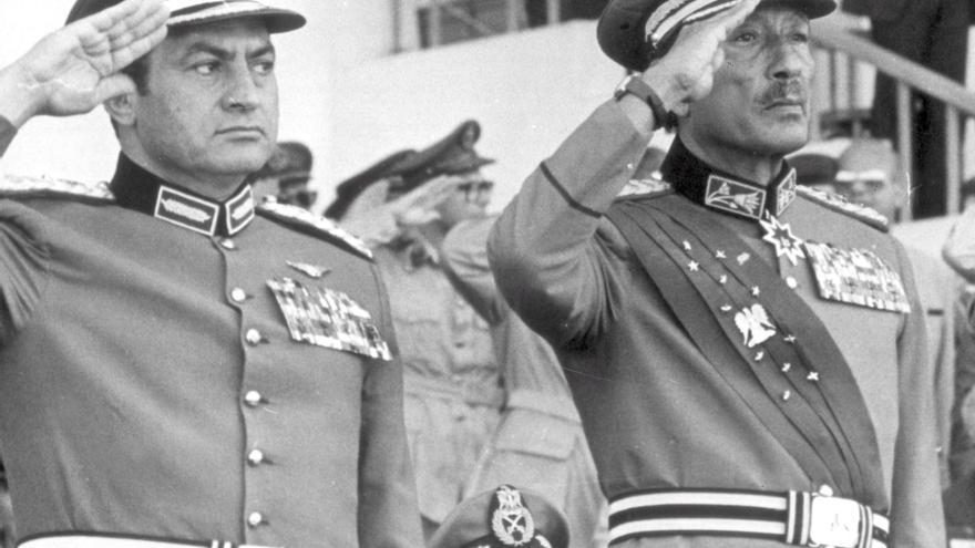 Hosni Mubarak (izquierda) y Anwar Sadat durante el desfile militar en 1981 en el que fue asesinado el presidente.