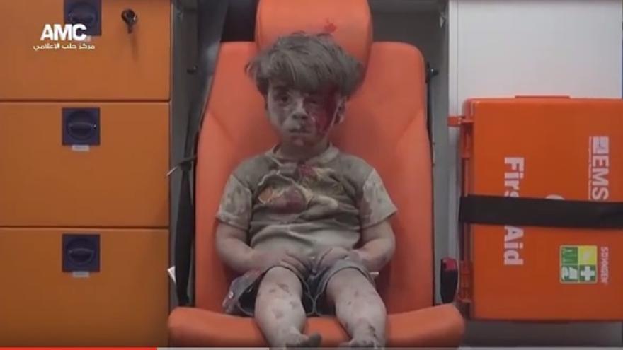 Omran Daqneesh, niño sirio de cinco años tras resultar herido en un ataque del régimen en Alepo. | Alepo Media Center