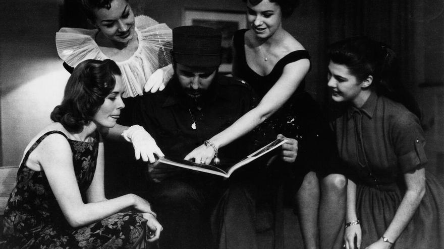Fidel Castro visita a las Reinas de la Radio de Nueva York durante su primer viaje a Estados Unidos luego del triunfo de la Revolución. 22 de abril de 1959 © Korda Estate
