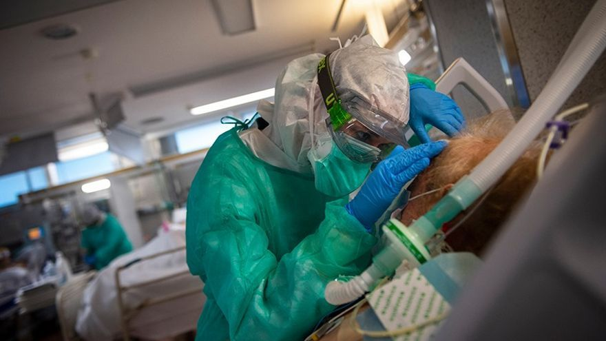 Un sanitario atiende a un enfermo de COVID-19 en la UCI del Hospital Povisa en Vigo.