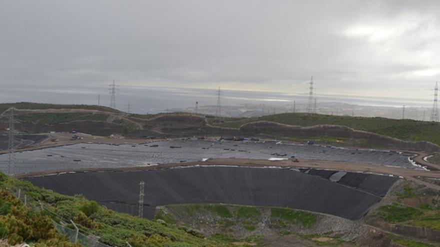 Construcción del nuevo vaso en el vertedero de Salto del Negro. FOTO: Iago Otero Paz.