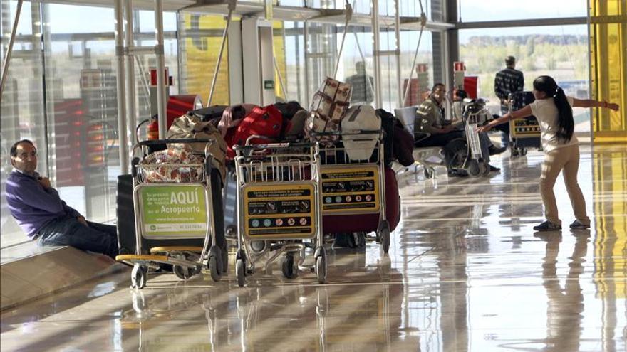 Caen un 3 por ciento en abril las llegadas de viajeros extranjeros en avión