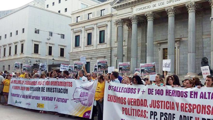 Víctimas de Angrois, reclamando ante el Congreso una comisión de investigación