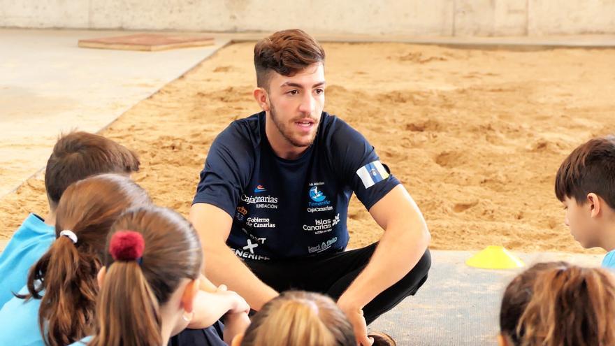 Los monitores del club capitanos dan instrucciones a los alumnos de CEIP San Matías