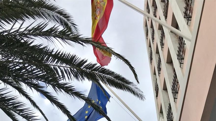 La bandera arco iris ondea en la fachada del Cabildo desde este viernes.