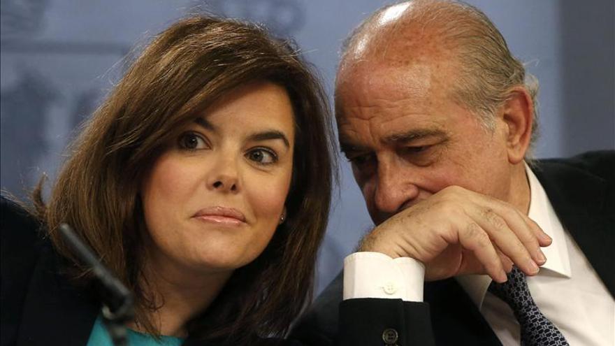 El ministro de Interior comparte secretos con Sáenz de Santamaría.