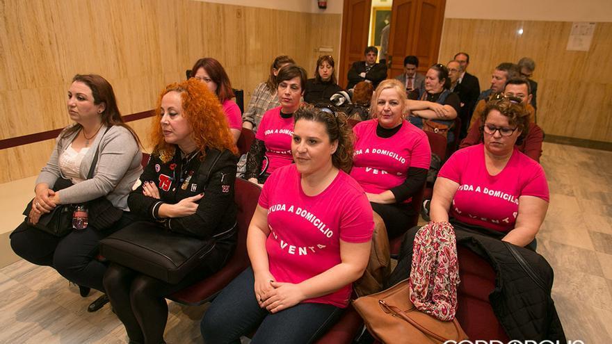 Trabajadoras de ayuda a domicilio, en un Pleno del Ayuntamiento   MADERO CUBERO