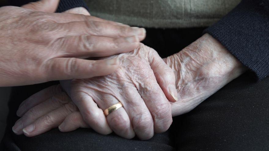 Detalle de las manos de una anciana en una residencia de mayores