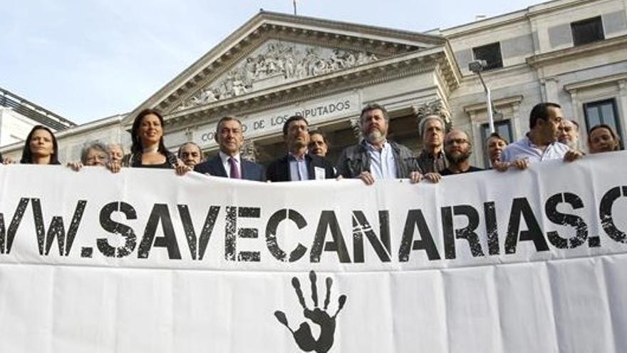 Acto contra las prospecciones ante el Congreso de los Diputados. (EFE)