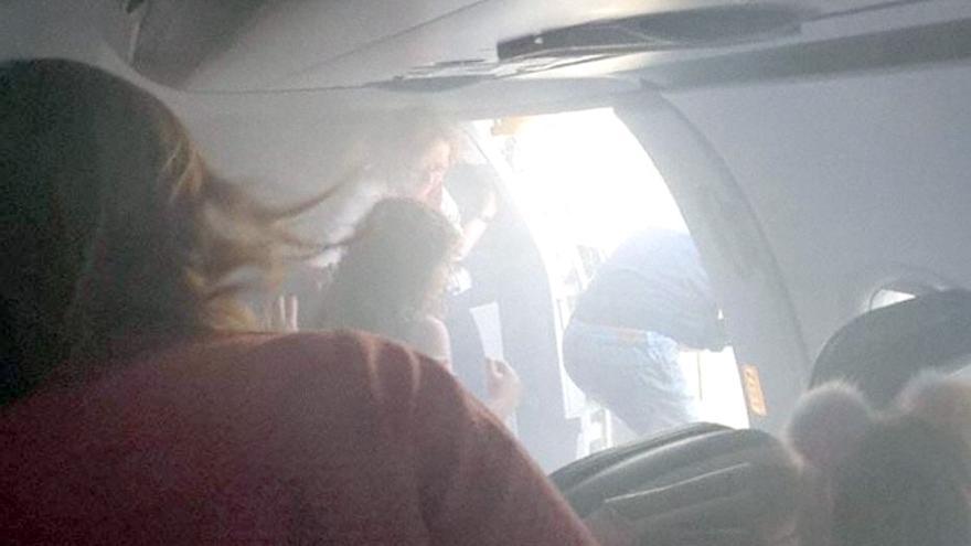 Los pasajeros evacuan el avión de British Airways en el aeropuerto de Manises (Valencia) por el humo en cabina