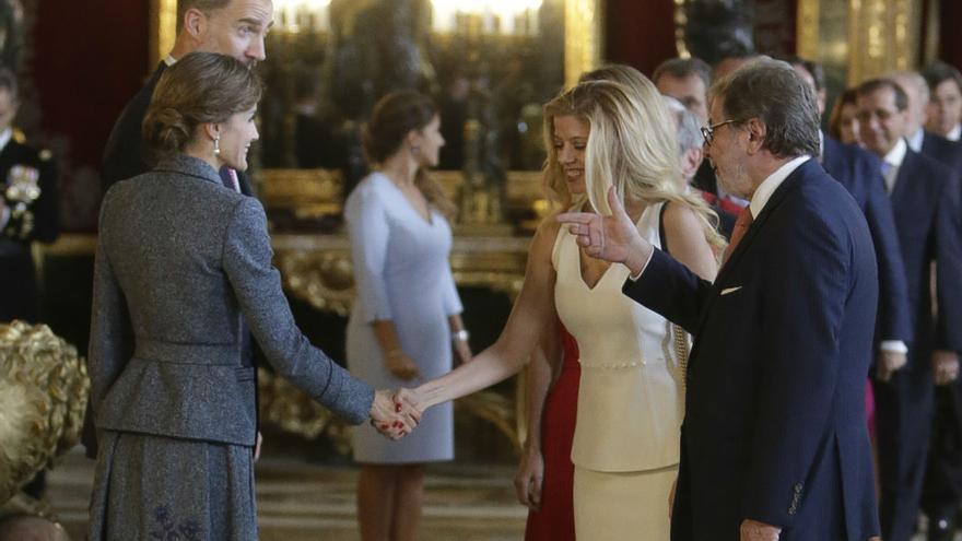 Cebrián y su pareja saludan a los reyes en la recepción del día de la Fiesta Nacional el 12 de octubre