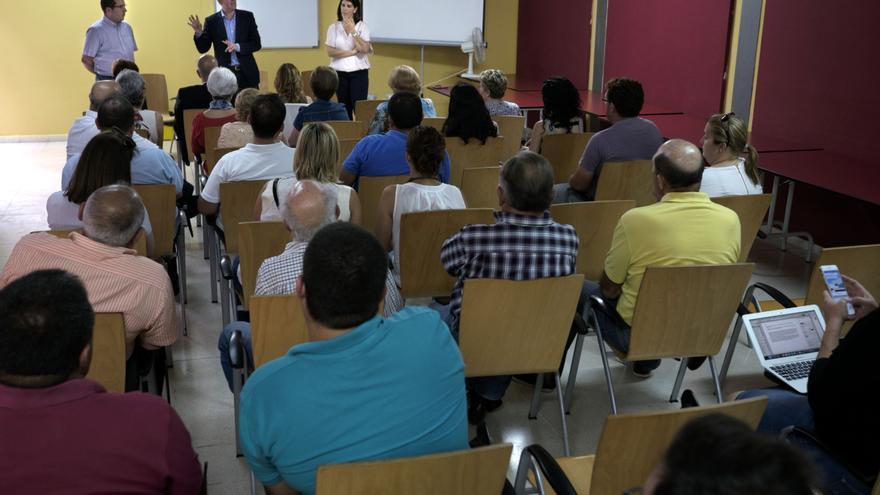 Clavijo se reunión con vecinos y empresarios, con los que abordó las políticas de la comarca sur.