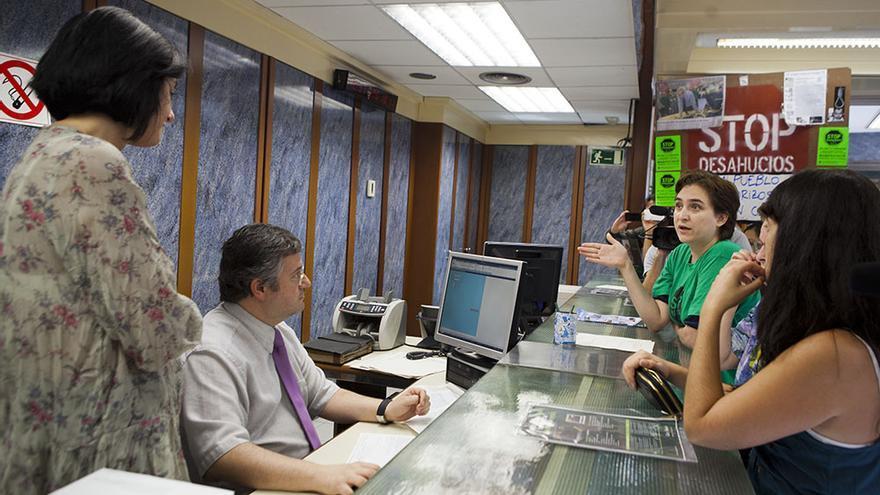 Ada Colau en una acción de la PAH en una entidad financiera, en una foto de archivo / Edu Bayer