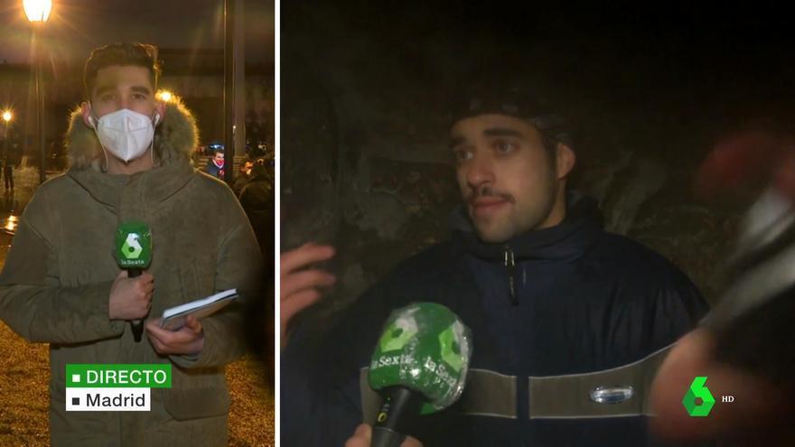 Un manifestante pinta con spray el objetivo de la cámara mientras se entrevistaba a un hombre