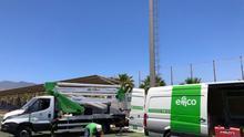 Proceso de instalación de proyectores LED en el Complejo Deportivo Montaña de Taco, en La Laguna