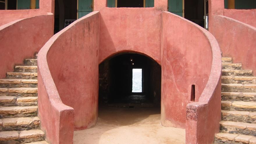 Patio de la Casa de los Esclavos. Al fondo la llamada puerta sin retorno. Robin Taylor (CC)