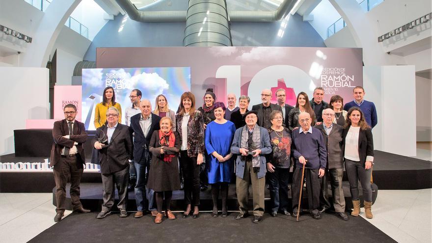 Imagen de familia de los premiados por la Fundación Ramón Rubial.