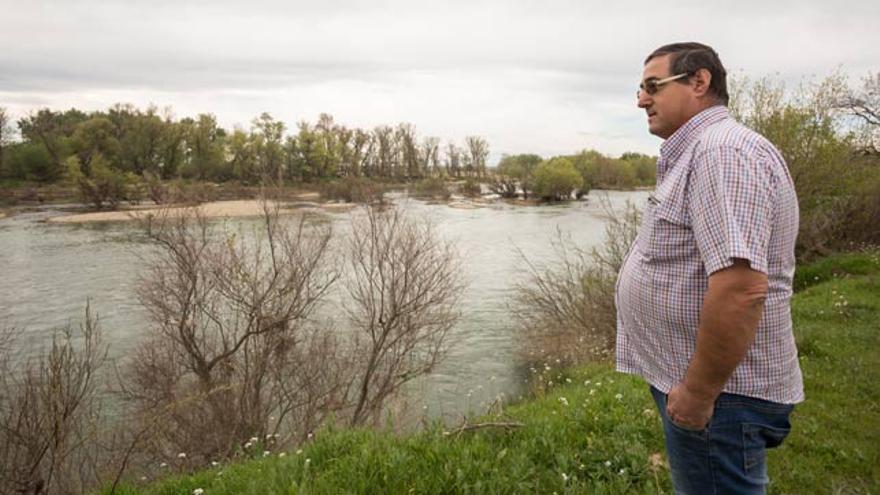 Santiago Castro aboga por limpiar el río.