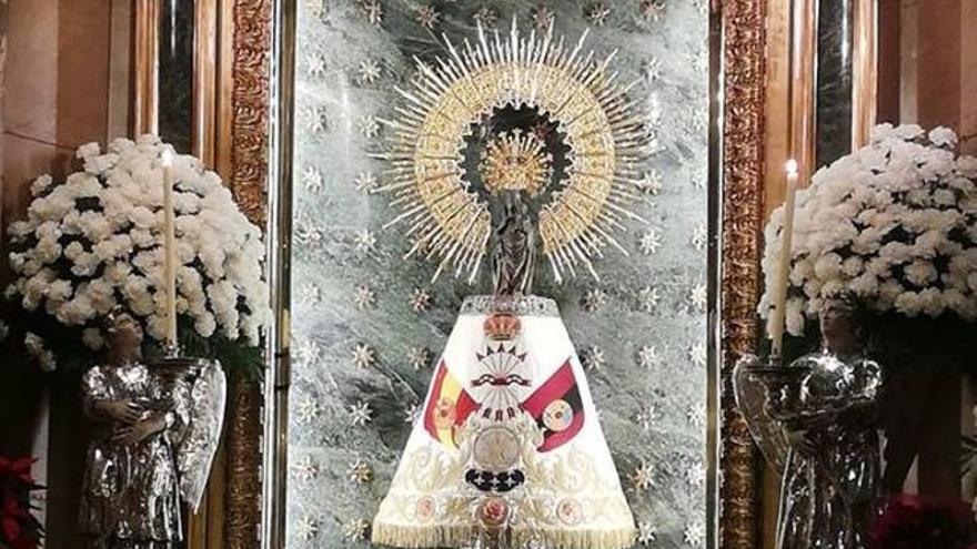 La Virgen del Pilar con un manto de Falange