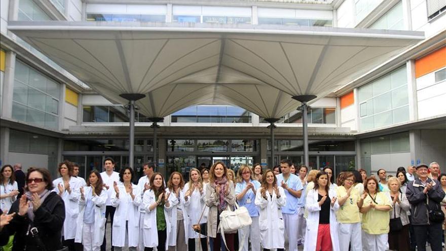 Trabajadores del Hospital Infanta Leonor celebran la suspensión judicial de la privatización.