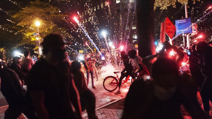 Manifestantes lanzan fuegos artificiales en Washington DC.