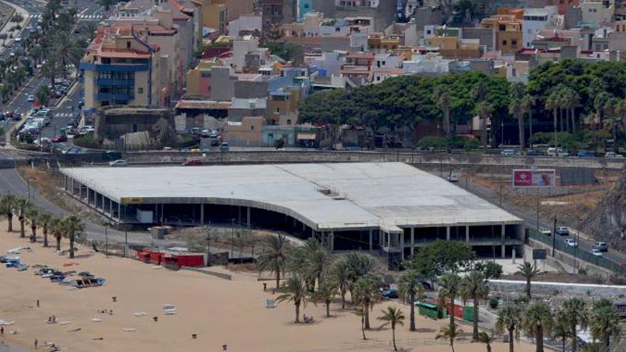El edificio, sin concluir, se conoce como mamotreto y está en Las Teresitas