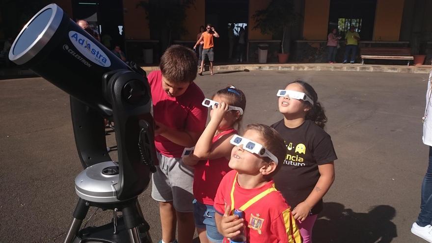 Foto de archivo de la observación solar en la miniferia de Ciencia en el Mercadillo de Puntagorda. Foto:  Asociación de Actividades Medioambientales Aire Libre