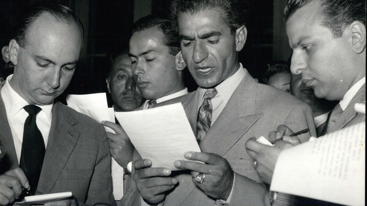 Mohammad Reza Pahlavi habla con la prensa sobre el golpe de Estado contra Mossadegh el 20 de agosto de 1953, un día después del golpe.