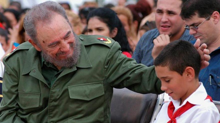 """El """"balserito"""" Elián González realizó una guardia de honor en homenaje a Castro"""