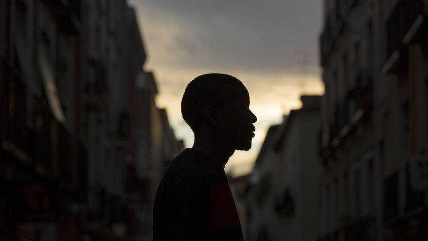 Omar (nombre ficticio) ha sido vendedor ambulante durante tres años / OLMO CALVO