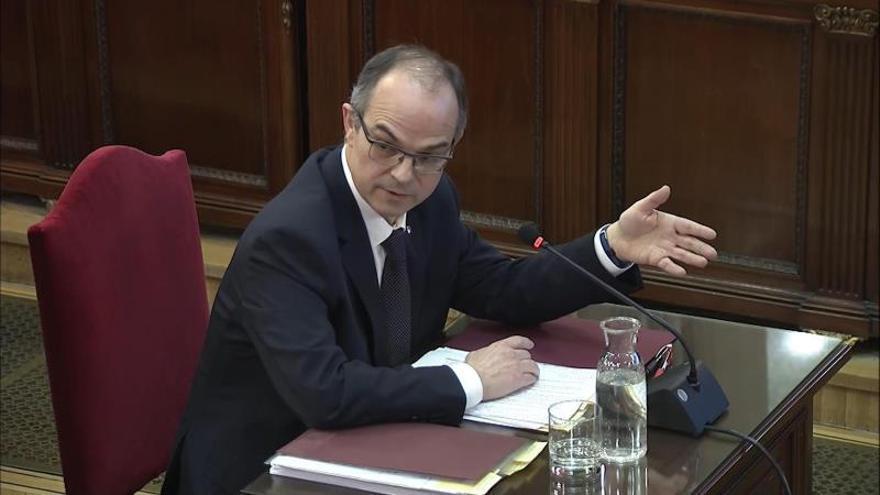 Jordi Turull mira al fiscal durante su declaración.