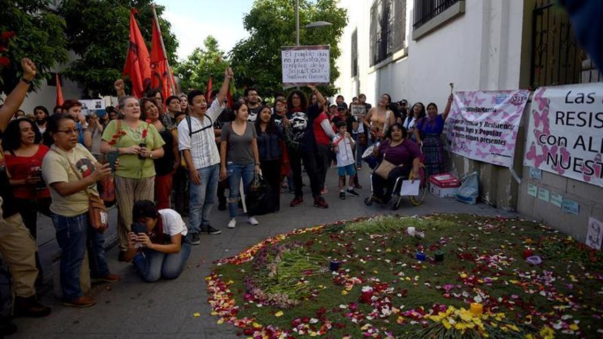 Manifestantes repudian el desfile del Ejército en la capital de Guatemala