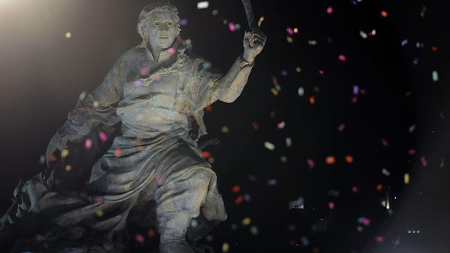 Trasladan la polémica estatua de la heroína Juana Azurduy de la Casa Presidencial