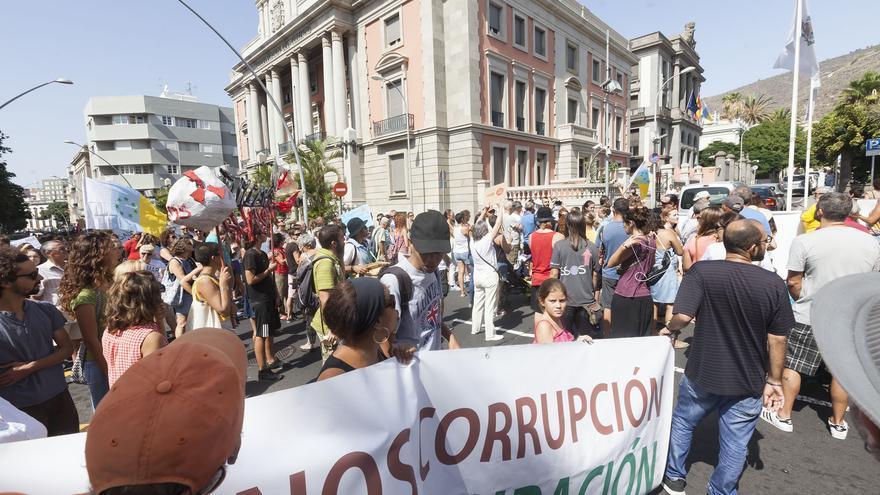 Paso de la manifestación por la sede de la Subdelegación del Gobierno de España, en la avenida Méndez Núñez