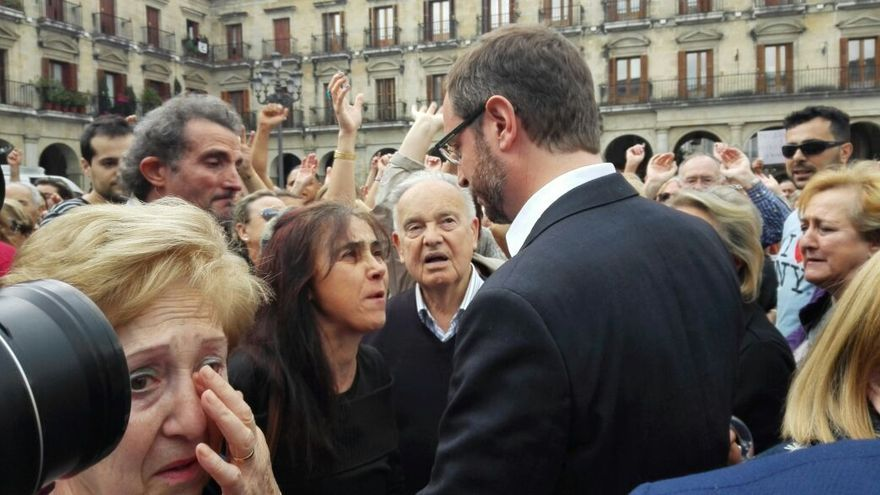 Javier Maroto (PP), rodeado de vitorianos justo antes del Pleno de este sábado.