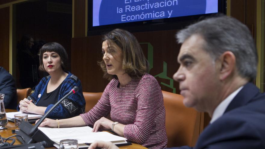 Beatriz Artolazabal (en el centro) durante su comparecencia en el Parlamento.
