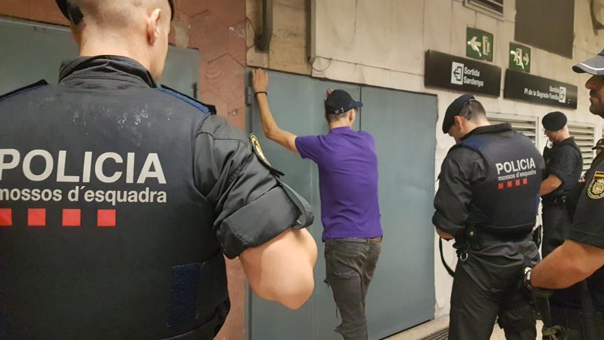 Agentes de los Mossos durante el despliegue realizado en el metro de Barcelona el pasado 27 de agosto