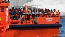 Imagen de archivo. Llegada de un grupo de migrantes al puerto tras ser rescatados por Salvamento Marítimo.