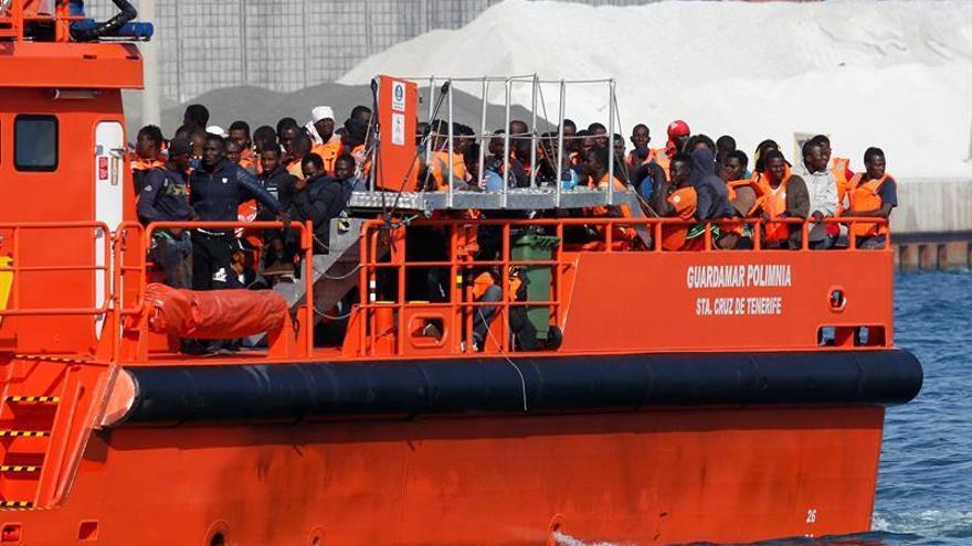 Algunos de los migrantes que han llegado este miércoles al puerto de Almería, tras ser rescatados por Salvamento Marítimo.