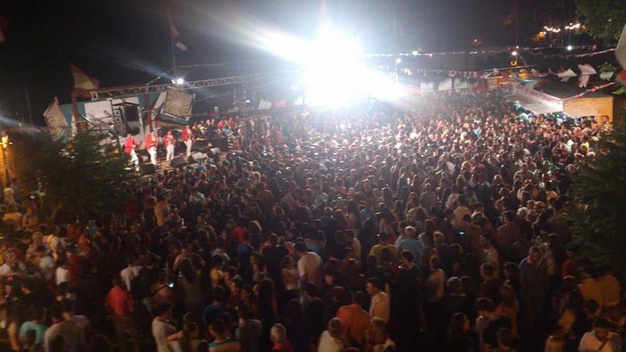En la plaza donde bailó el Borrachito Fogatero este sábado no cabía un alfiler. Foto: Damaris Ferraz.