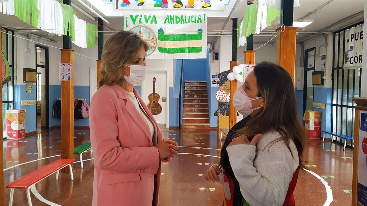 La delegada de Educación y Deporte en Córdoba, Inmaculada Troncoso (izda.), en el Colegio Miraflores.
